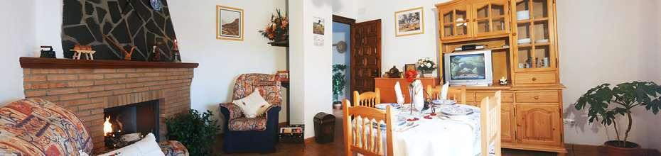 Todos nuestros alojamientos disponen de chimenea en el salón y calefacción por suelo radiante