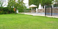 Dispone de amplio espacio en sus jardines junto a la piscina